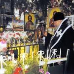 Святейший Патриарх Московский и всея Руси Алексий II служит литию на могиле блаженной старицы Матроны. Даниловское кладбище. 4 марта 1998 года.