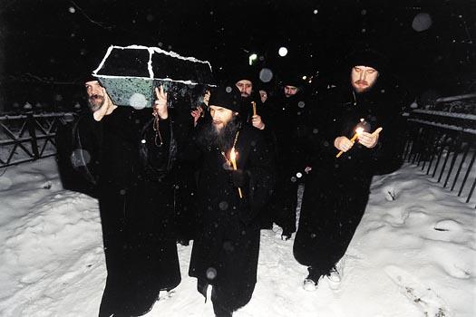 Изнесение обретенных мощей блаженной старицы Матроны из Даниловского кладбища. Полночь 8 марта 1998 года.