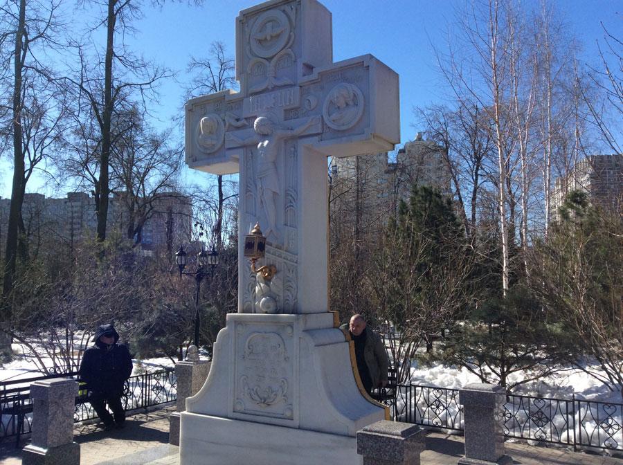 Воссозданный крест некрополя