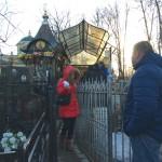 Паломники у могилки святой Матроны на Даниловском кладбище