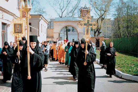 Настоятельница игумения Феофания с сестрами встречают мощи блаженной старицы Матроны в Покровском женском монастыре. 1 мая 1998 г.